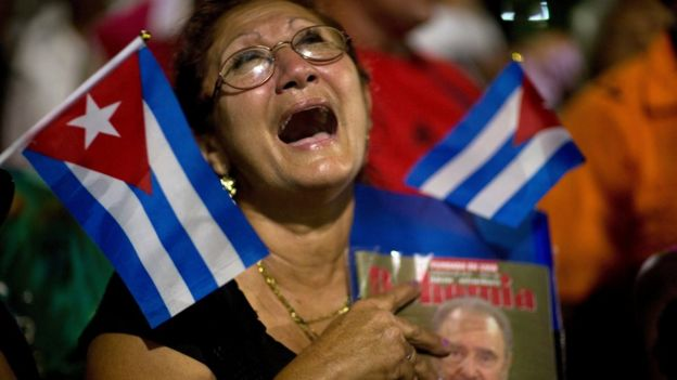 Una mujer llora mientras pasan los restos de Fidel Castro.