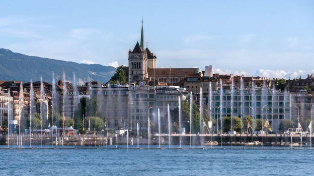 Edificios al fondo del Lago Ginebra