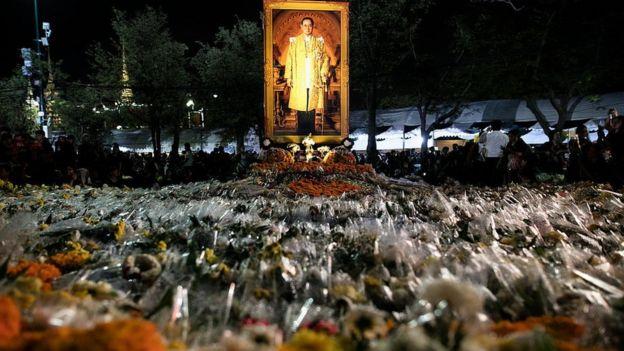 থাইল্যান্ডের রাজার মৃত্যুর পর তাঁর ছবির প্রতি শ্রদ্ধা অর্পণ