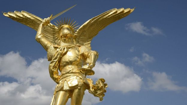 La estatua del Arcángel Miguel fue recientemente restaurada y vuelta a colocar en la cúpula de la abadía de San Michel en la región de Normandía, noroeste de Francia.
