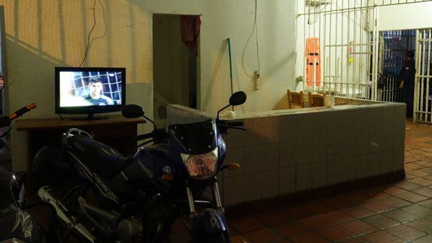 Una de las áreas del interior de la cárcel, con un televisor prendido que nadie está viendo.