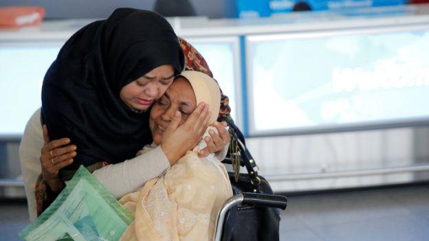 زنی که در فرودگاه نیویورک به استقبال مادرش رفته که از فرودگاه دوبی به آمریکا پرواز کرده است