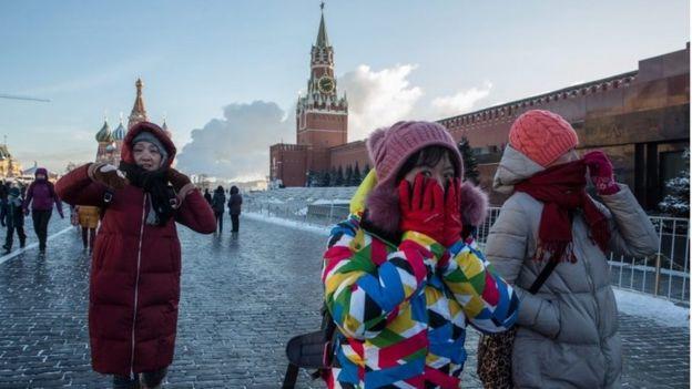 Turistas en la Plaza Roja, en Moscú, el siete de enero de 2017.