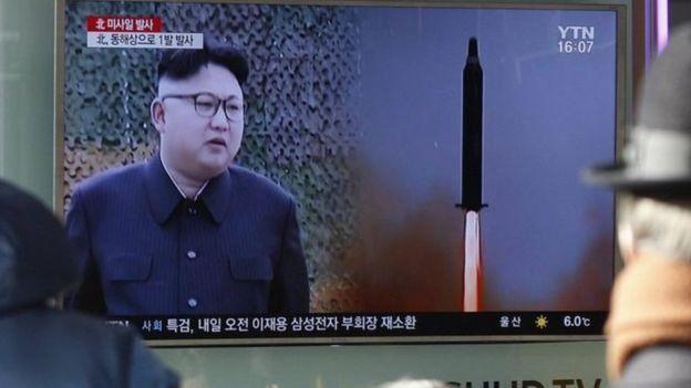 El líder Kim Jong-un observando el lanzamiento de un misil.