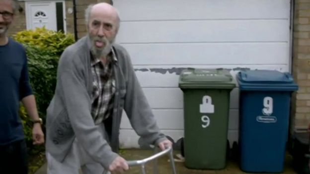 Colin Baddiel durante una escena del documental The trouble with dad