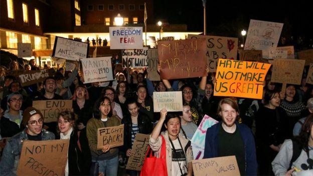 Etirazçılar Nyu-Yorkdakı Trump Tower önündə ikinci gecə də toplaşıblar.