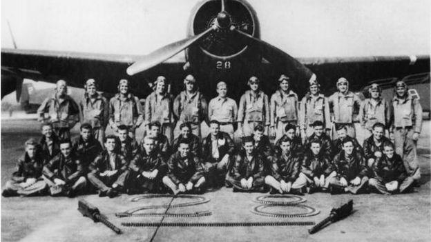 Escuadrón de torpederos desaparecidos delante de su avión tras el final de la segunda guerra mundial en el triangulo de las bermudas.