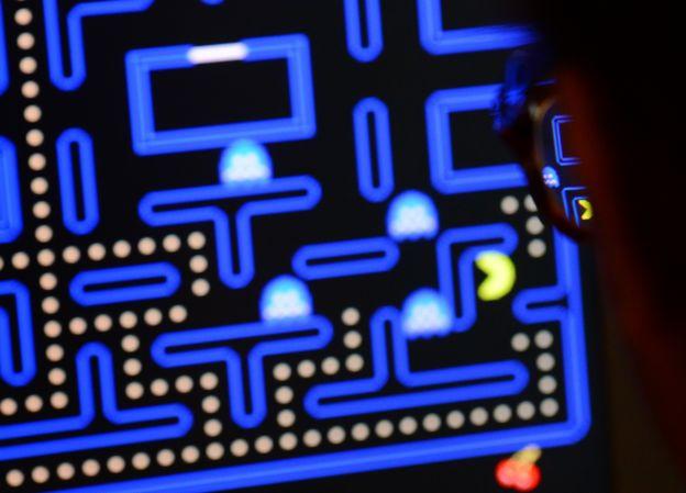 joven jugando a Pac-Man