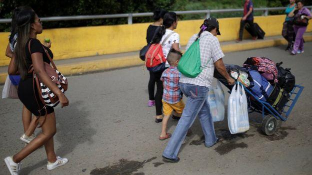 Venezolanos cruzan a comprar a Cúcuta