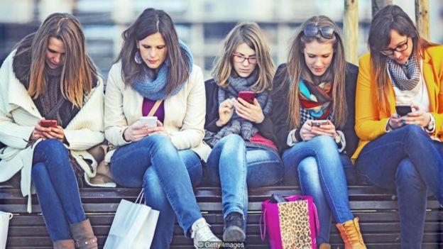Một số người không muốn rời bỏ mạng vì họ sợ rằng họ có thể để lỡ việc trò chuyện của bạn bè hoặc người quen, hoặc làm sao lãng hình ảnh xã hội đã gây dựng của mình.
