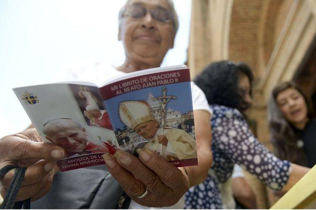 Mujer católica leyendo en Colombia