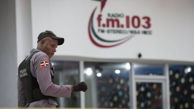 Un policía dominicano frente a la estación de radio FM 103.5