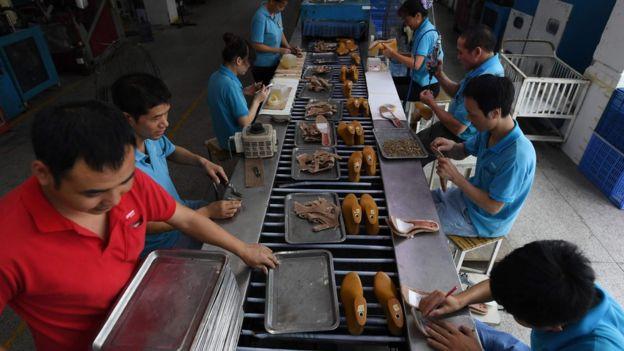 Trabajadores en una línea de producción en una fabrica del sur de China