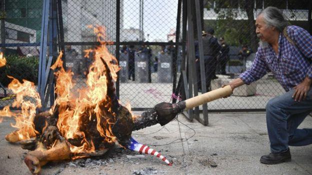 Manifestante ateia fogo em um 'Alebrije', figura do folclore mexicano