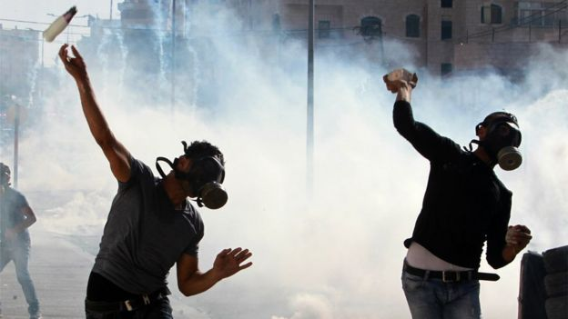 Palestinian protesters clash with Israeli security forces on October 14, 2015 in the West Bank city of Bethlehem.