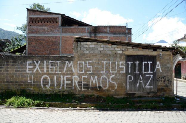Un letrero de exigencia de paz y justicia en Cherán