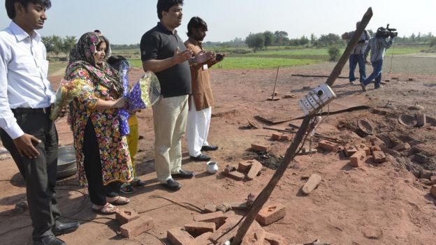 Pakistan relatives pray at the site of the murder of a Christian couple at a brick kiln in Kot Radha Kishan, some 60 kilometres (40 miles) southwest of Lahore, 5 November 2014