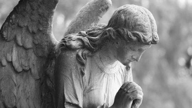 Las esculturas y pinturas de ángeles, en su mayoría tienen alas, pero la Biblia no los describe a estos seres así.