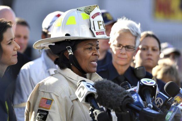 La jefa de Bomberos de Oakland, Teresa Deloach Reed, habla con periodistas.
