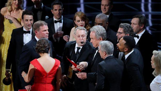 Reacciones en el escenario tras la equivocación.