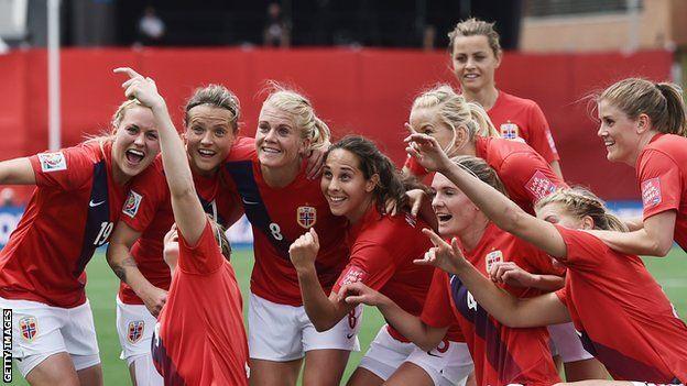 Las selección de mujeres celebra un gol