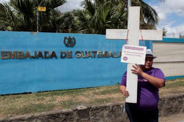 Protesta por las condiciones del Hogar Seguro Virgen de la Asunción frente a la Embajada de Guatemala en Managua.