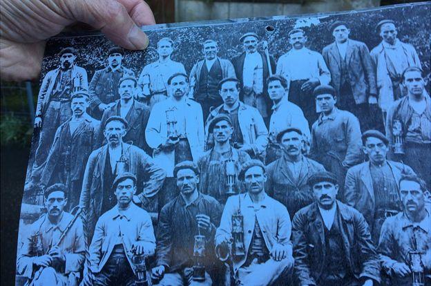 Una foto antigua de mineros asturianos