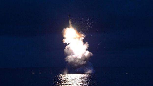 Lanzamiento de un misil balístico submarino.