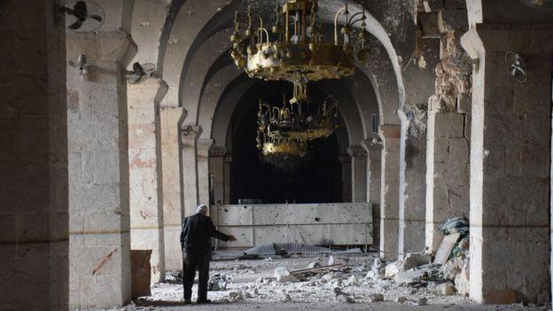 Tarihi Emevi Camisi harabeye dönmüş durumda. Ebu Ahmet adlı yaşlıca bir adam yaşananlardan ötürü en çok Türkiye'yi suçluyor
