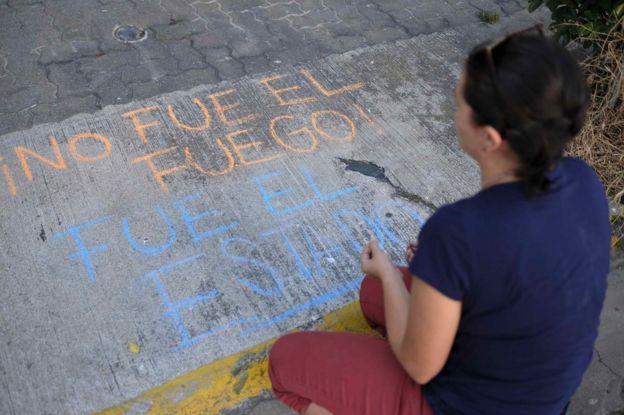 Protesta frente a la Embajada de Guatemala en San José, Costa Rica, por la muerte de 40 menores en el Hogar Seguro Virgen de la Asunción de Guatemala.