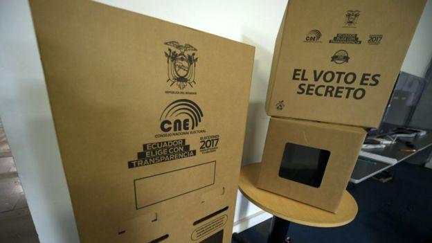 Urna de votaciones en Ecuador.