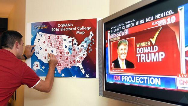Una pantalla muestra el resultado de la elección presidencial en Florida