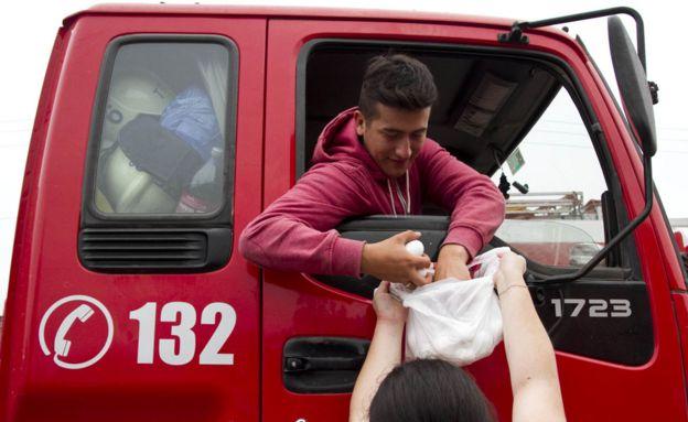Bomberos reciben ayuda
