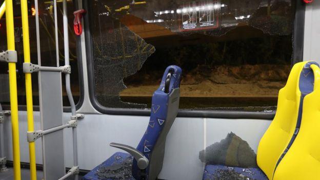Ventanas rotas y trozos de vidrio sobre los asientos