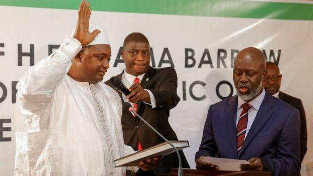 Bw Adama Barrow, aliapishwa kuwa rais katika ubalozi wa Gambia nchini Senegal Alhamisi