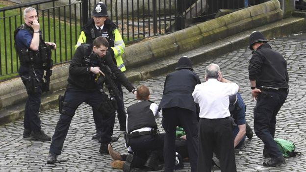 Policía británica durante el incidente