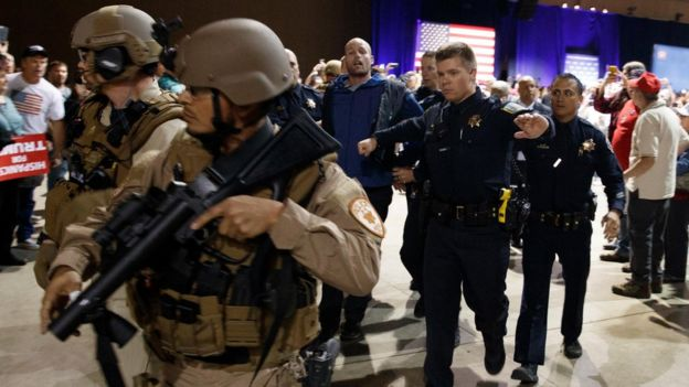 El momento en que las autoridades desalojan a Austyn Crites del recinto donde estaba Trump