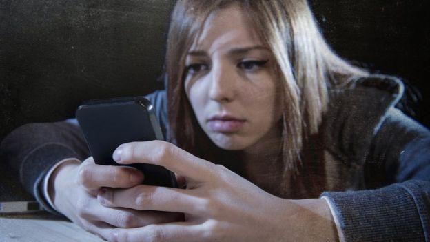 Una joven con un celular