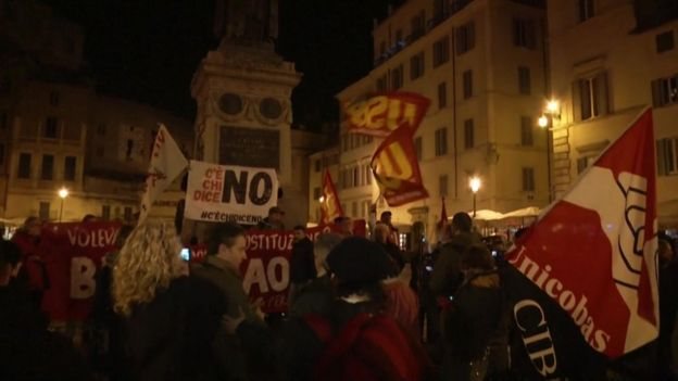 Celebrations in the streets of Rome after Renzi's resignation on 4 December 2016