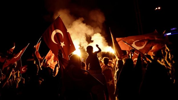 Darbe girişimi sonrası Türk bayraklarıyla Taksim Meydanı'na çıkan göstericiler