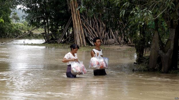 Flood victims of KanGyi village receive aid from locals on 21 July