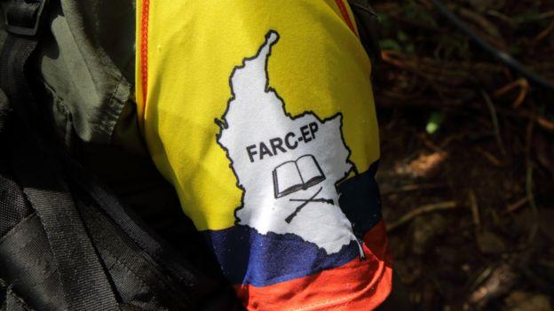 Bandera de las FARC en un brazalete.