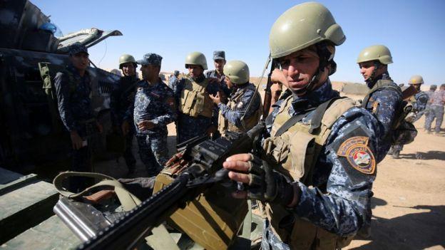 モスル近くのカイヤラ基地で進攻開始に備えるイラク警官