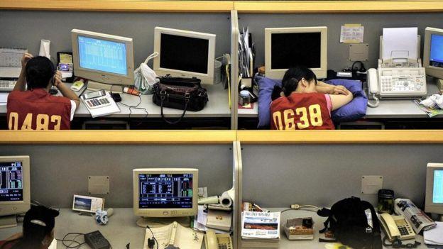 Trabajador dormido sobre su escritorio