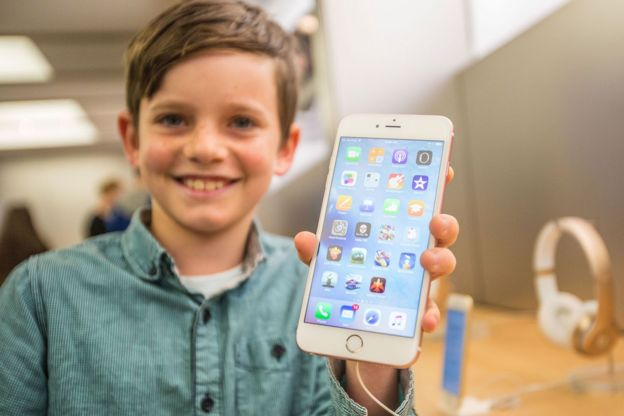 Niño con un iPhone 6