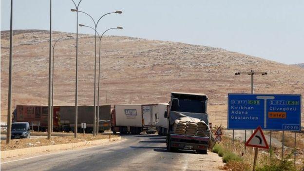 Camiones cruzan la frontera entre Turquía y Siria.