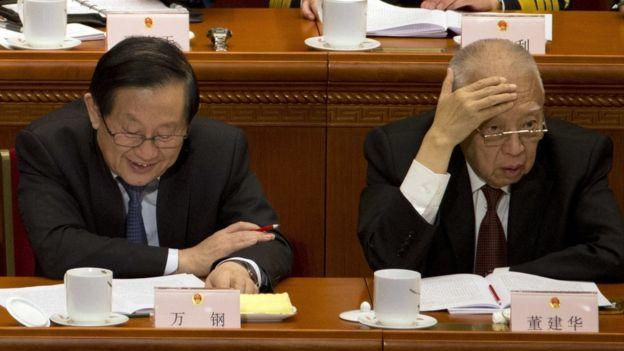 香港前特首董建華(圖右)周日在全國政協會議上。