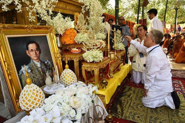 Kral Bhumibol için dua eden Taylandlılar