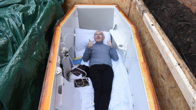 John Edwards dentro del ataúd adaptado para trasmitir en los medios sociales.
