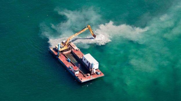 Una grúa operando en el mar
